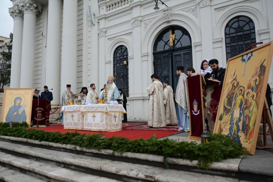 Slujba Sfințirii celei mari a apei a fost săvârșită pe amplasamentul din faţa Catedralei Mitropolitane/Foto: Flavius Popa