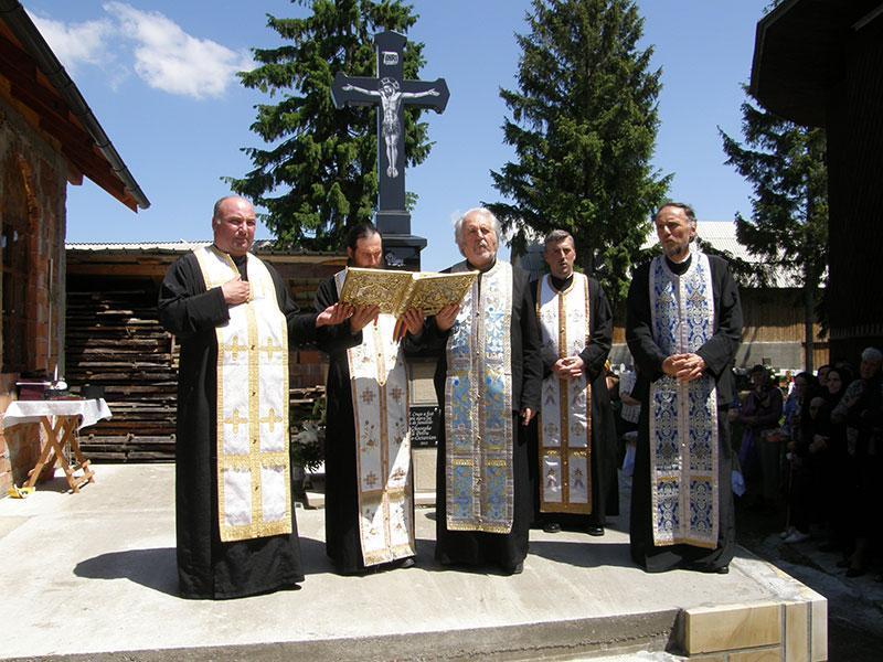 Părintele Calinic de la Mănăstirea Icoana, citind Sfânta Evanghelie