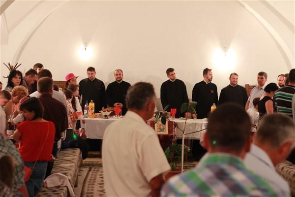 După slujbă, are loc o agapă creștină atât pentru preoți cât și pentru enoriași