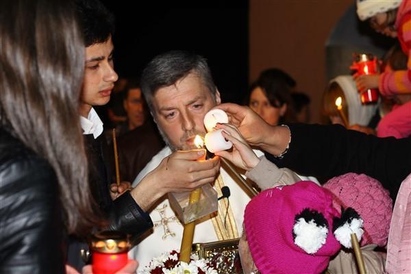 Credincioșii iau lumină de la Ierusalim