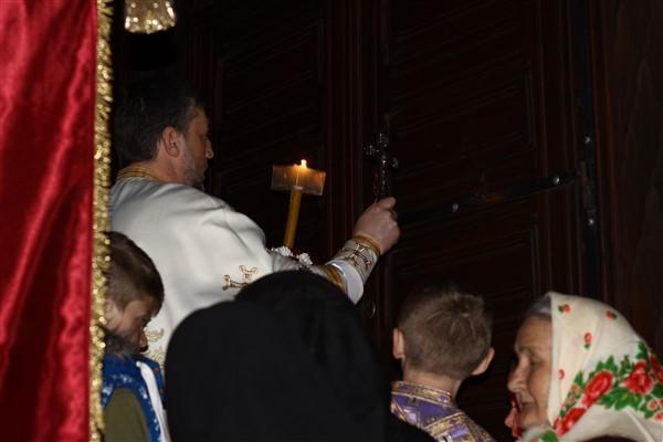 După ce preotul împarte lumina și facem înconjurul Bisericii, slujba va continua în Biserică până la sfârșit