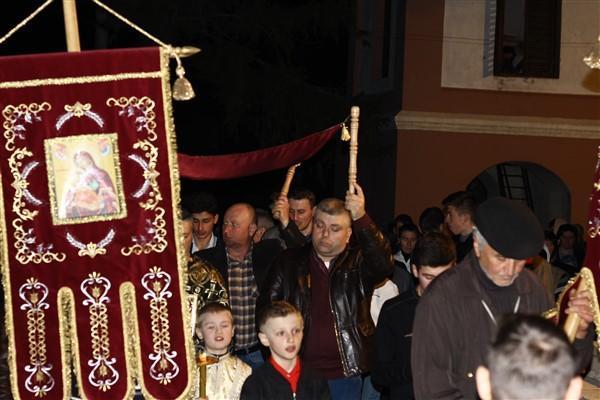 Enoriașii cu preotul în frunte fac înconjurul bisericii
