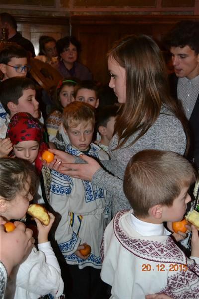 La sfârșit colindătorii au primit câte o mandarină, bombonică și plăcintă ca răsplată