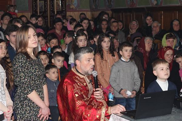 Preotul și copiii din grupul de cateheză